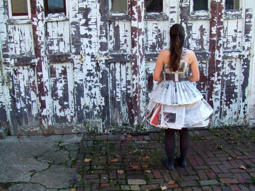 此造说明会教你如何使用一台缝纫机做一件衣服出来报纸。它使一个伟大回收万圣节服装或一个非常有趣的派对礼服。这是老灰夫人,一个昵称为纽约时报的万圣节服装的一部分。 (因此,化妆和发型。),它包括一个厨房,打褶的紧身胸衣,一个蓬松的衬裙,以及可拆卸腰带,从报纸和螺纹全部采用完全的,没有在过程中使用胶水或胶带。这是令人惊讶的舒适和耐磨。为了使这件衣服,你需要一个堆栈报纸(我用的是纽约时报的一个周日版),基本的缝纫机,基本的缝纫技巧,直针,一把尺子,2脚魔术贴的,白线的线轴,铅笔,剪刀,皮带,镜子,和一个朋友来帮助